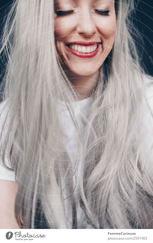 Smiling woman with long grey dyed hair feminin Frau Erwachsene 1 Mensch 18-30 Jahre Jugendliche 30-45 Jahre grau Farbe Haare & Frisuren geschminkt Schminke