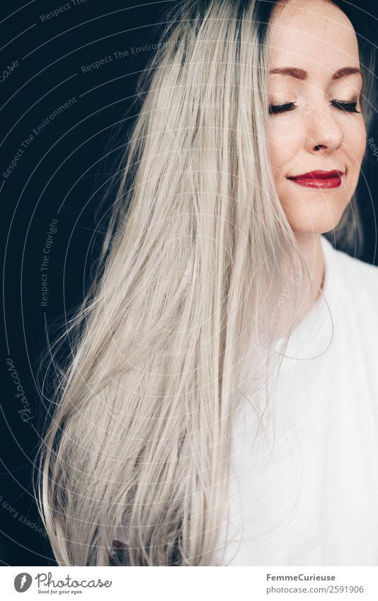 Young woman with grey dyed hair elegant Stil feminin Junge Frau Jugendliche Erwachsene 1 Mensch 18-30 Jahre 30-45 Jahre grau grauhaarig Farbe geschminkt