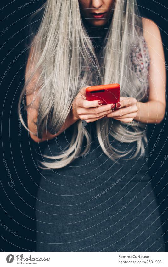 Woman with grey dyed hair using her phone Lifestyle elegant Stil feminin Junge Frau Jugendliche Erwachsene 1 Mensch 18-30 Jahre 30-45 Jahre Kommunizieren Handy