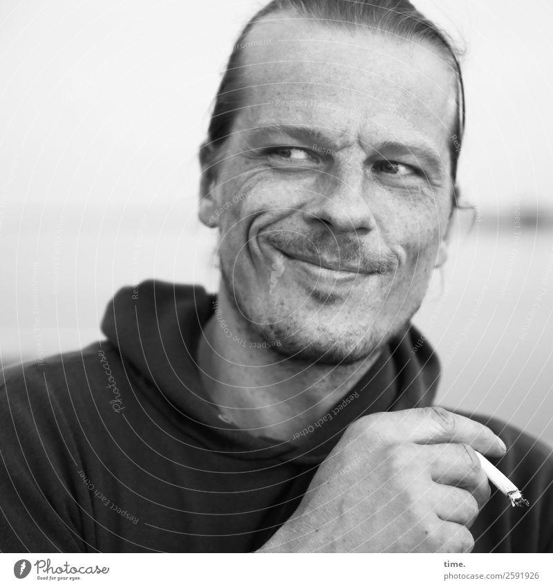 Christian maskulin Mann Erwachsene 1 Mensch Horizont Ostsee Pullover Zigarette kurzhaarig Dreitagebart beobachten festhalten Lächeln Rauchen Blick authentisch