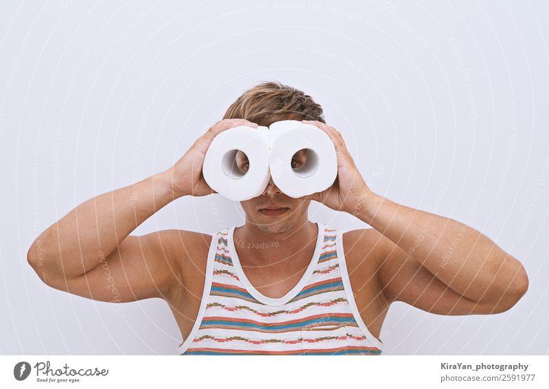 Der Typ untersucht improvisierte Ferngläser. Glück Gesicht Ferien & Urlaub & Reisen Bad Mensch Mann Erwachsene Hand Papier Fernglas Lächeln lustig Sauberkeit