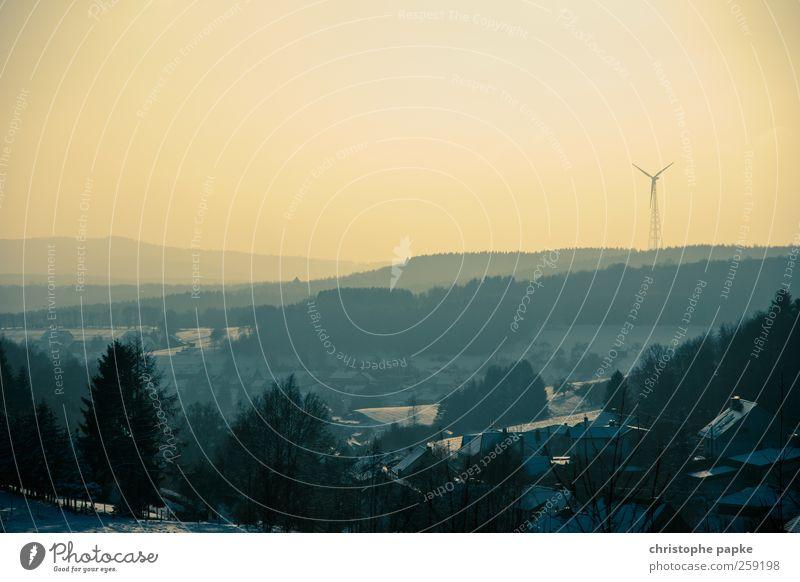 soviel Energie wie ein Dorf benötigt Energiewirtschaft Erneuerbare Energie Windkraftanlage Wolkenloser Himmel Winter Schnee Wald Hügel retro Umwelt Farbfoto