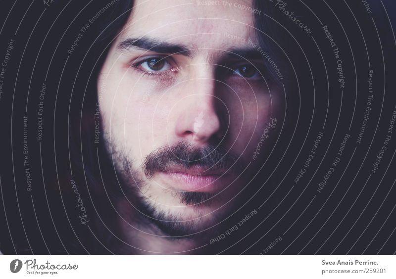 verregnet. maskulin Gesicht 1 Mensch 18-30 Jahre Jugendliche Erwachsene Bart Oberlippenbart dunkel Traurigkeit Sehnsucht Heimweh geheimnisvoll Starrer Blick