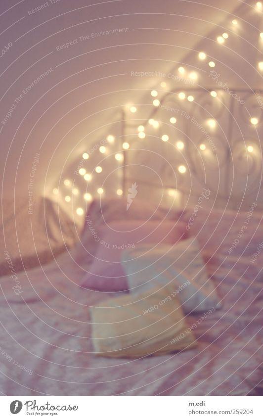 fairytale bedroom Innenarchitektur rosa Bett Kitsch trendy kuschlig Kissen Schlafzimmer Bettdecke Lichterkette