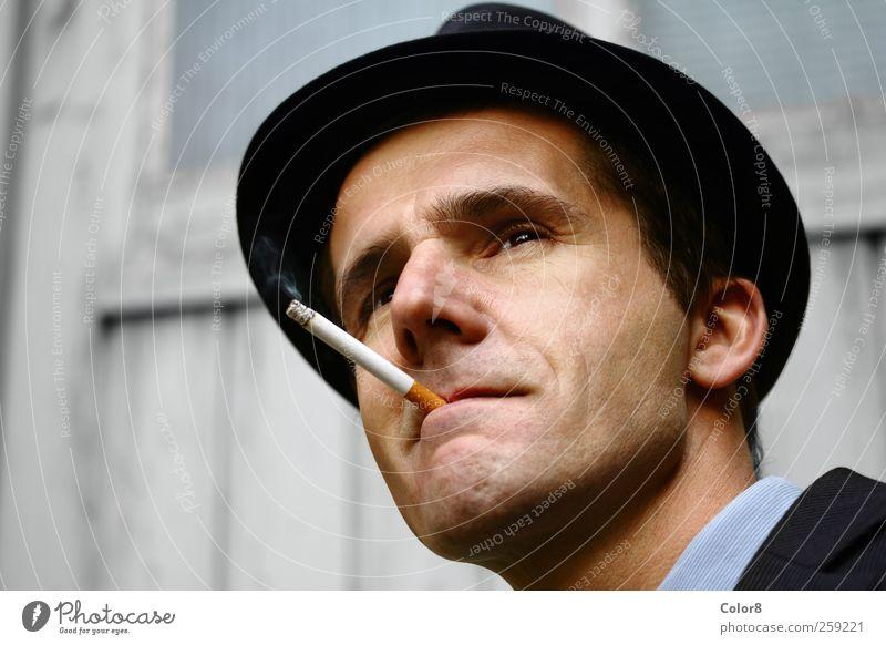 Gangster oder Polizist auf der Hut mit Filterzigarette Mensch Mann Erwachsene Kopf Gesicht 1 30-45 Jahre Kino Filmindustrie Video Garagentor kurzhaarig