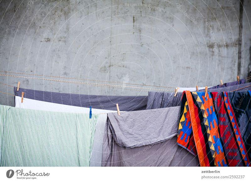 Wäsche auf der Leine Bekleidung Bettwäsche gewaschen große wäsche Seil Menschenleer Textfreiraum Textilien Tradition trocknen Wäscheleine Sauberkeit Haushalt