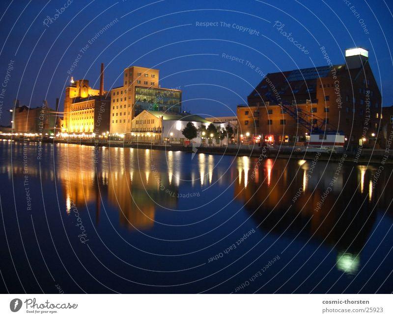 Promenade bei Nacht Duisburg Hafen Gebäude Architektur Langzeichbelichtung Fluss
