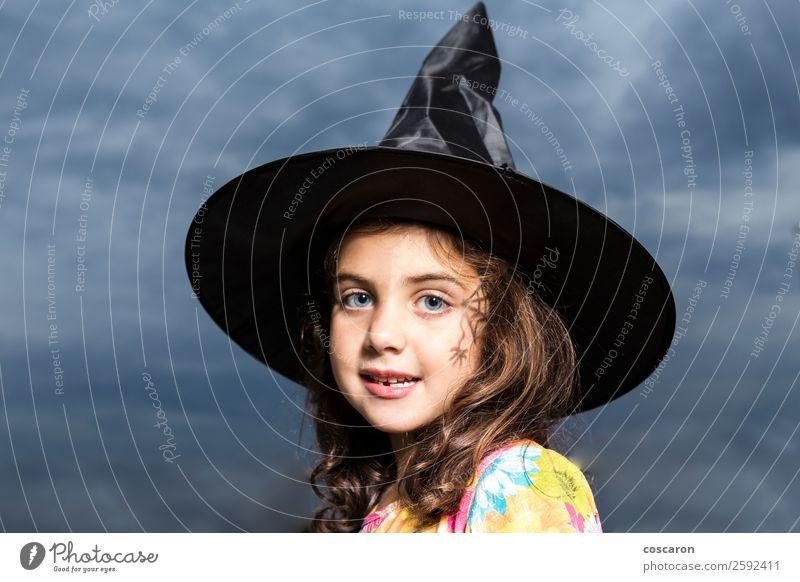 Mädchen verkleidet als Hexe an Halloween Karneval Kind feminin Frau Erwachsene 3-8 Jahre Kindheit Himmel Wolken Unwetter Kleid Hut brünett niedlich Wut Angst