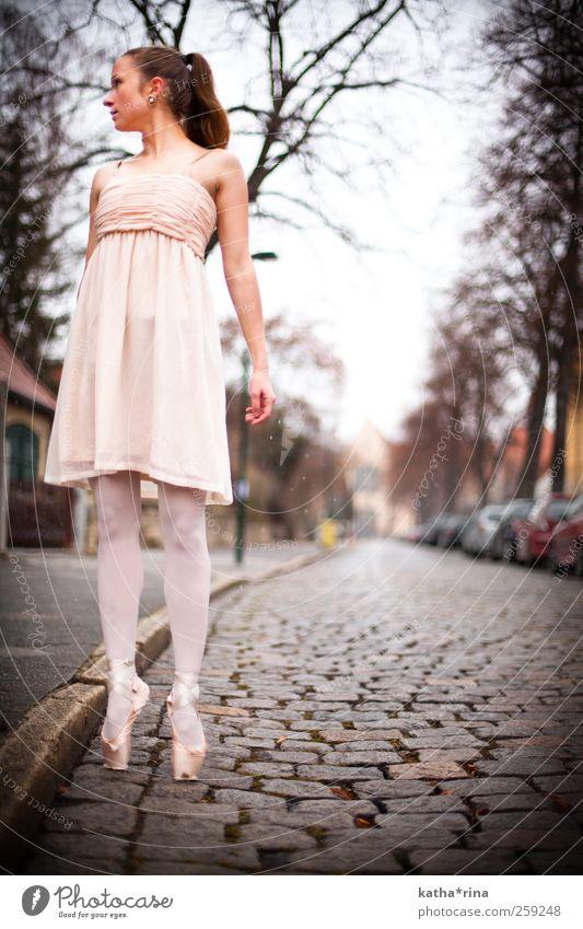 Leichtigkeit elegant Tanzen feminin Junge Frau Jugendliche 1 Mensch 18-30 Jahre Erwachsene Balletttänzer Straße Kleid Ballettschuhe brünett langhaarig Zopf