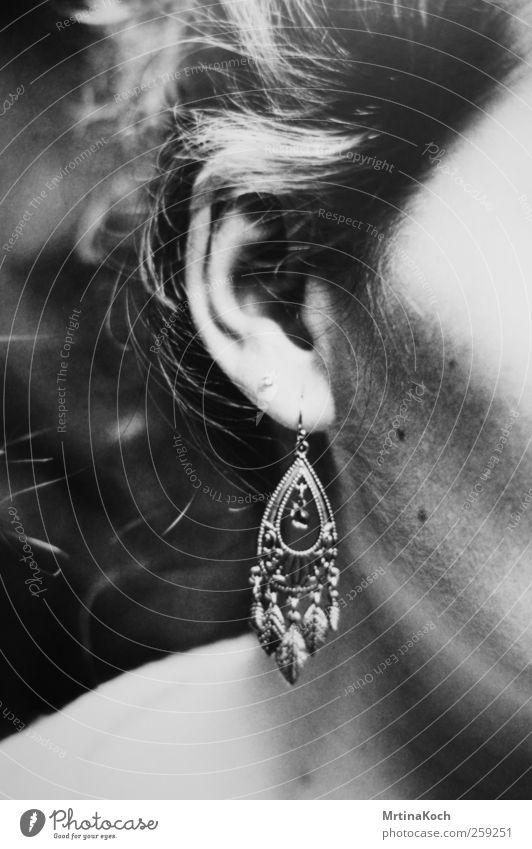 ohrring. Mensch feminin Frau Erwachsene Haut Kopf Ohr 1 18-30 Jahre Jugendliche Freude Fröhlichkeit Ohrringe Schwarzweißfoto Detailaufnahme Makroaufnahme