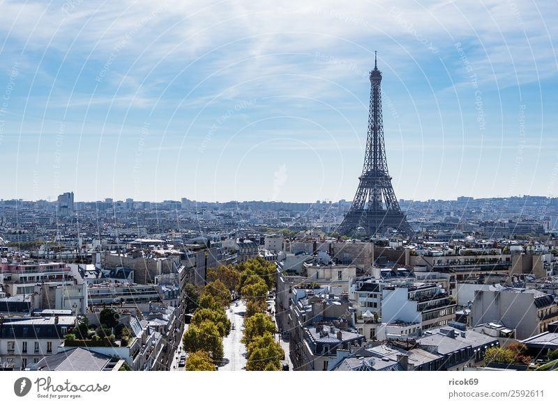 Blick auf den Eiffelturm in Paris, Frankreich Ferien & Urlaub & Reisen alt blau Stadt Baum Erholung Wolken Straße Architektur Herbst Gebäude Tourismus