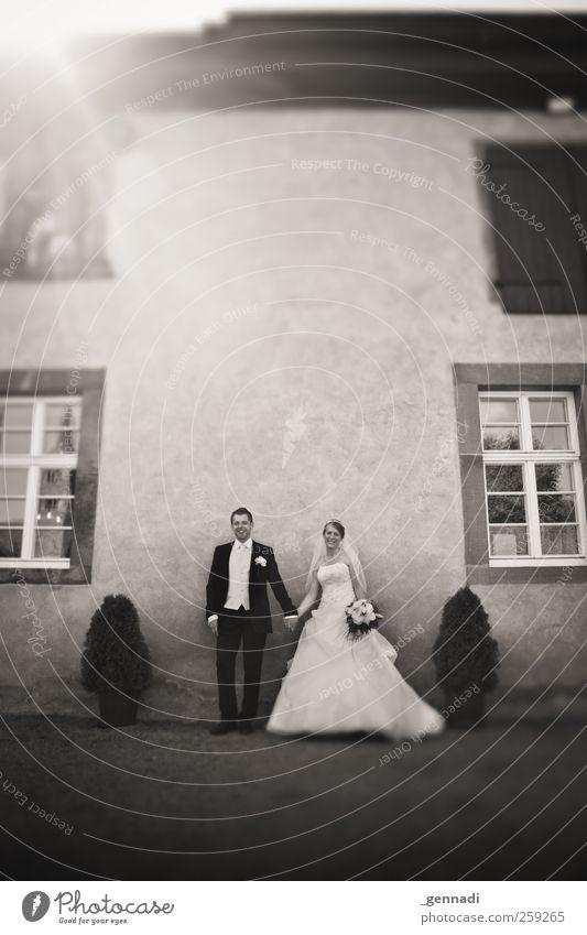 Das glückliche Paar Mensch maskulin Körper 2 18-30 Jahre Jugendliche Erwachsene Lächeln Tierpaar Braut Bräutigam Anzug Brautkleid Fassade Autofenster