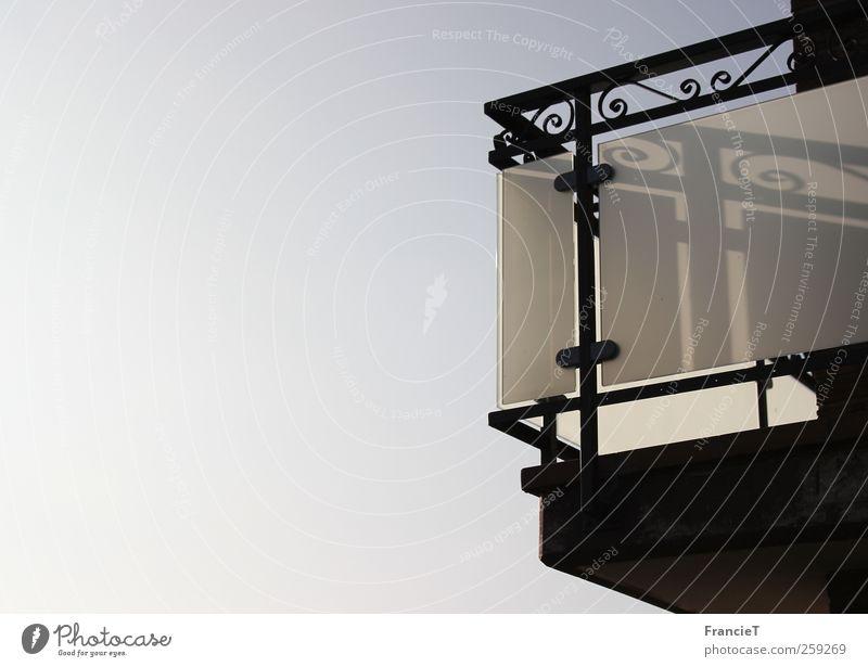 Der geheimnisvolle Balkon Himmel Stadt weiß Sommer Haus schwarz Architektur oben Stein Linie Metall elegant hoch modern Schönes Wetter ästhetisch