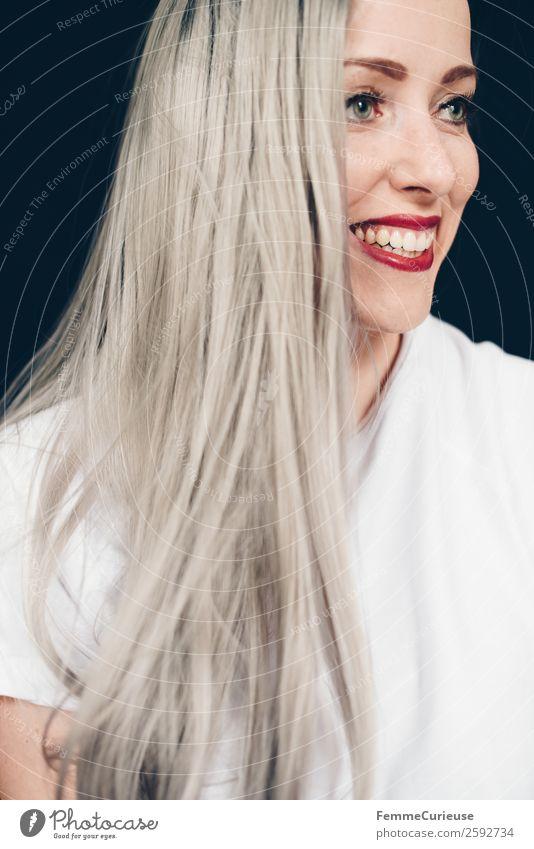 Smiling woman with long grey dyed hair feminin Frau Erwachsene 1 Mensch 18-30 Jahre Jugendliche 30-45 Jahre schön platinblond grau Haare & Frisuren langhaarig