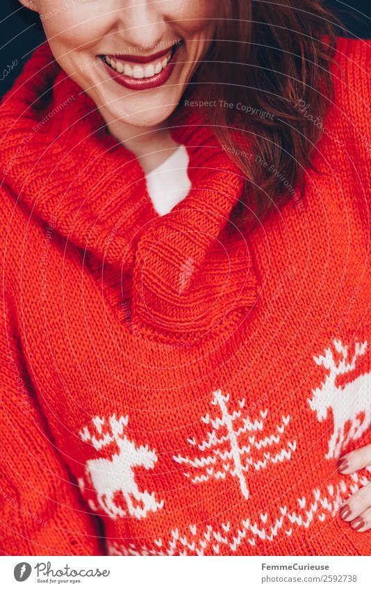 Brunette woman with red deer wool sweater feminin Junge Frau Jugendliche Erwachsene 1 Mensch 18-30 Jahre 30-45 Jahre Wohlgefühl Haus freizeitmode Mode