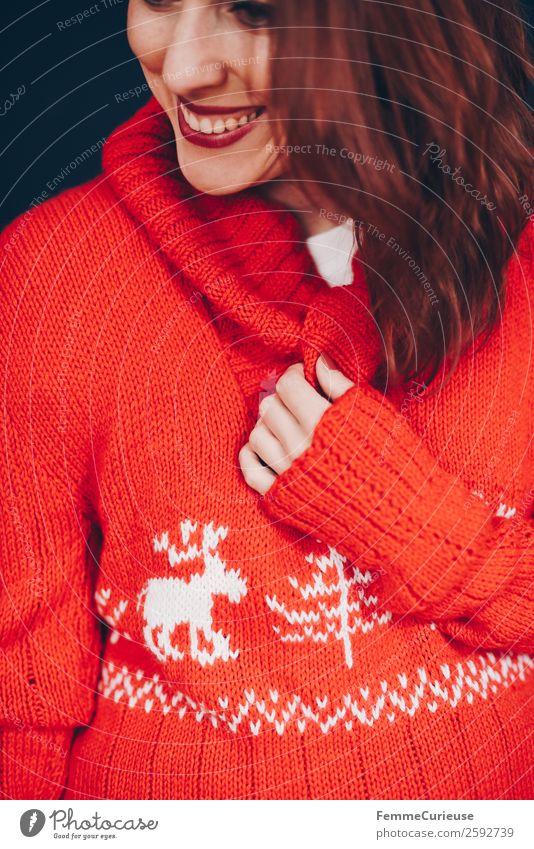 Brunette woman with red deer wool sweater feminin Frau Erwachsene 1 Mensch 18-30 Jahre Jugendliche 30-45 Jahre rot Wohlgefühl Haus Freizeitmode Mode