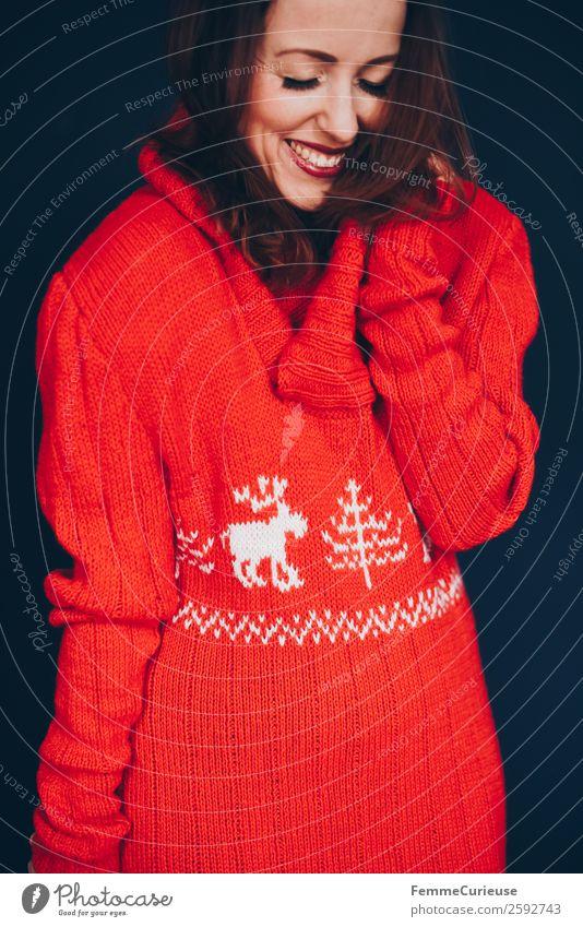 Brunette woman with red deer wool sweater feminin Frau Erwachsene 1 Mensch 18-30 Jahre Jugendliche 30-45 Jahre Wohlgefühl Haus freizeitmode Mode Wollpullover