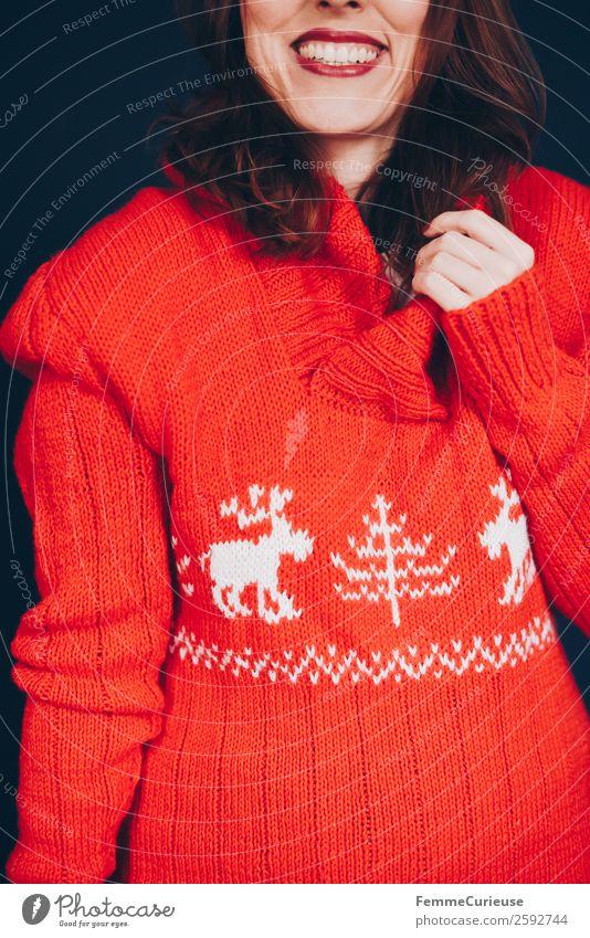 Brunette woman with red deer wool sweater feminin Frau Erwachsene 1 Mensch 18-30 Jahre Jugendliche 30-45 Jahre rot Lächeln Gute Laune Fröhlichkeit Wohlgefühl