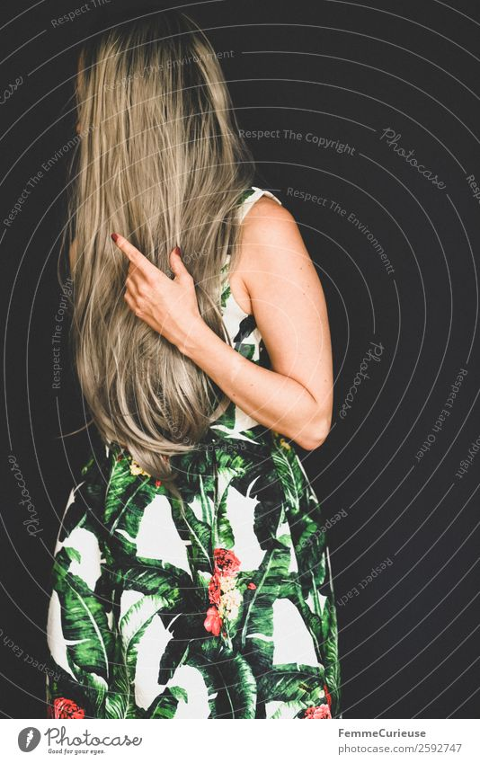 Woman with long grey dyed hair in a palm print dress elegant Stil feminin Junge Frau Jugendliche Erwachsene 1 Mensch 18-30 Jahre 30-45 Jahre langhaarig