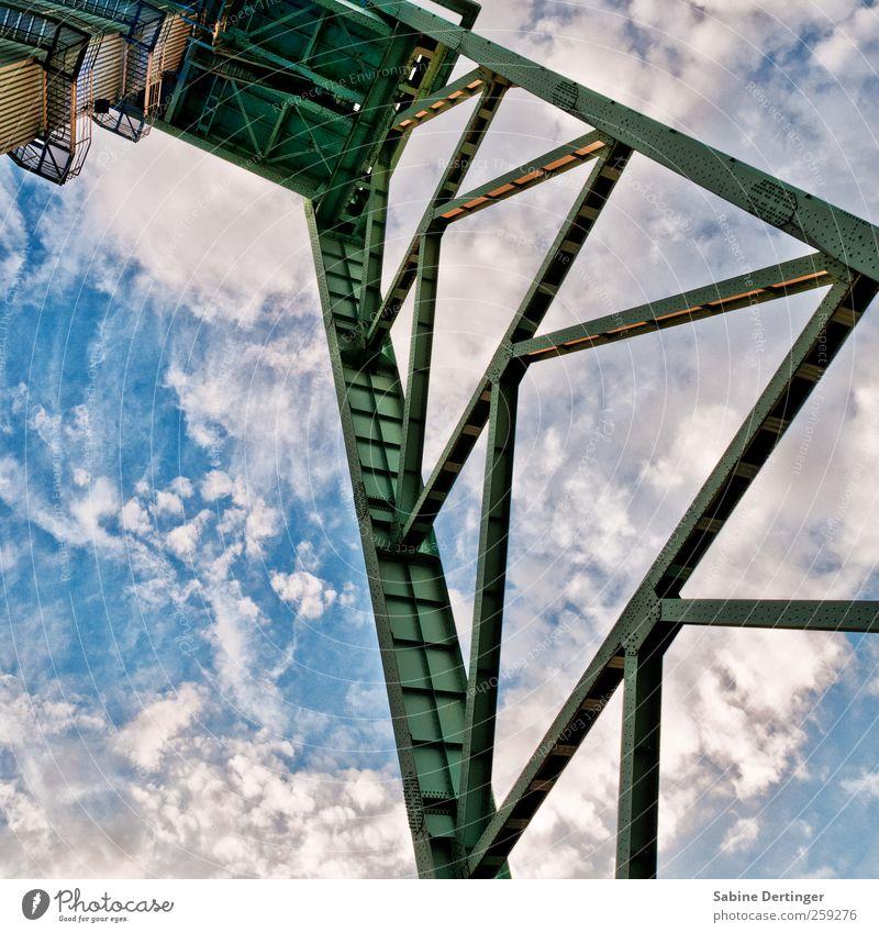 Hoch hinaus Himmel alt Wolken Architektur Arbeit & Erwerbstätigkeit ästhetisch Industrie Turm Bauwerk historisch Stahl Denkmal Museum Nostalgie anstrengen Sehenswürdigkeit