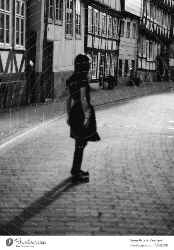 fachwerkliebe. feminin 1 Mensch Haus Fachwerkfassade Fachwerkhaus Straße Autofenster Mode Rock stehen dünn anonym Schwarzweißfoto Außenaufnahme Licht Schatten