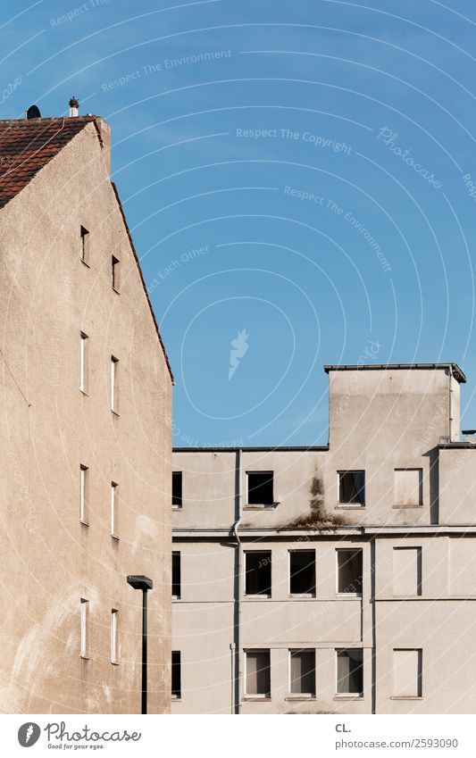 leerstand Wolkenloser Himmel Schönes Wetter Stadt Menschenleer Haus Gebäude Architektur Mauer Wand Fassade Fenster alt dreckig kaputt trist Verfall