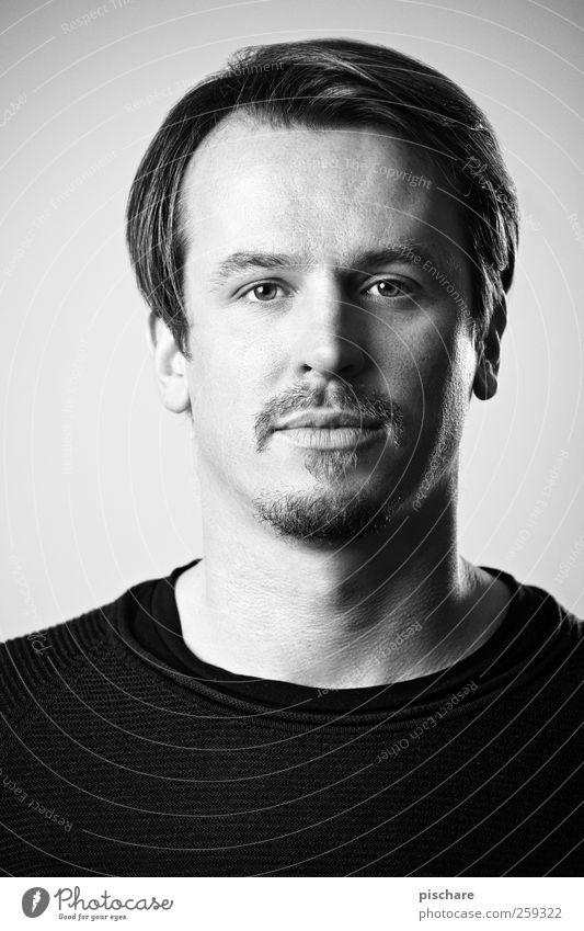 Poker Face Gesicht maskulin Mann Erwachsene 30-45 Jahre brünett Scheitel Bart Blick einfach natürlich ruhig Zufriedenheit Schwarzweißfoto Studioaufnahme