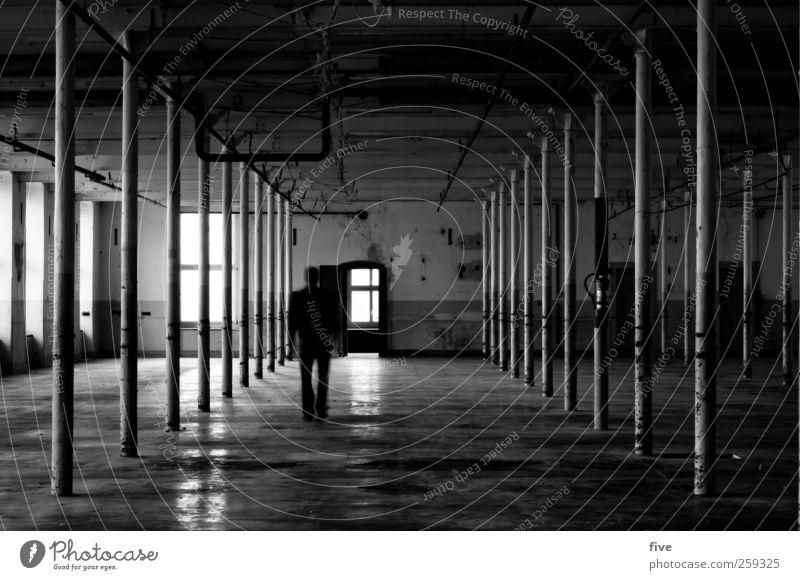 weg Mensch Mann Jugendliche Haus Erwachsene dunkel Fenster kalt Wand Architektur Mauer Gebäude Junger Mann Körper Tür gehen