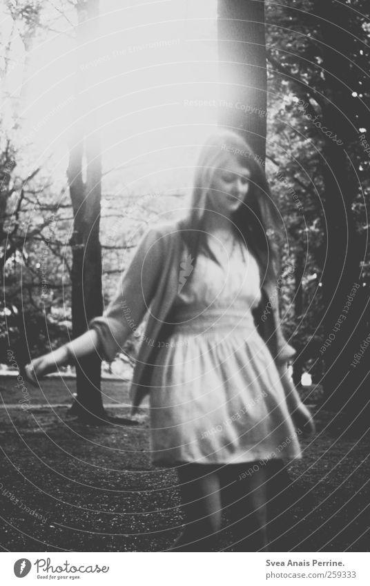 die Illusion. feminin 1 Mensch 18-30 Jahre Jugendliche Erwachsene Natur Baum Wald Rock Kleid Strickjacke langhaarig Bewegung drehen Tanzen einzigartig dünn