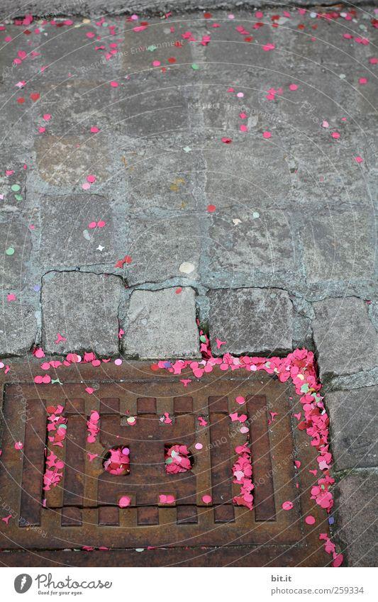 Überfüllung Freude grau Wege & Pfade Stein Feste & Feiern rosa dreckig liegen Platz Fröhlichkeit Papier Boden Müll Karneval unten Stahl
