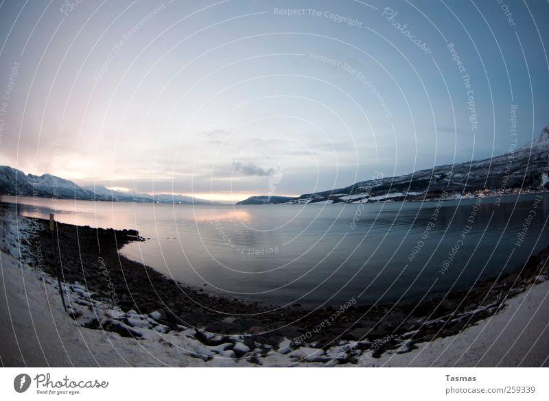 Who needs the Sunshine? Landschaft Winter Schnee Küste Seeufer Bucht Fjord Einsamkeit kalt Farbfoto Außenaufnahme Menschenleer Dämmerung Licht Schatten Kontrast