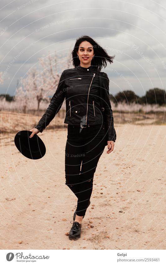 Brünettes Mädchen Lifestyle Stil schön Ferien & Urlaub & Reisen Freiheit Mensch Frau Erwachsene Natur Landschaft Blume Blüte Wald Straße Wege & Pfade Mode Jacke