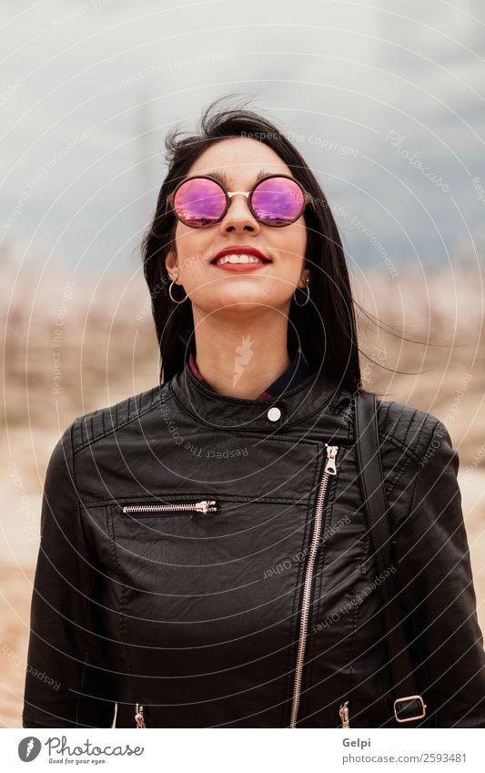 Hübsches brünettes Mädchen Stil Glück schön Gesicht Mensch Frau Erwachsene Lippen Natur Park Mode Jacke Leder Sonnenbrille Denken Lächeln Fröhlichkeit lang