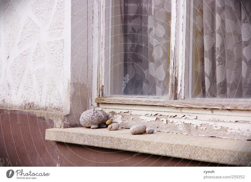 Die kleinen Dinge... Dorf Menschenleer Haus Mauer Wand Fenster alt schäbig abblättern Putz Vorhang altmodisch Kunstwerk einfach trist Einsamkeit Stil Basteln