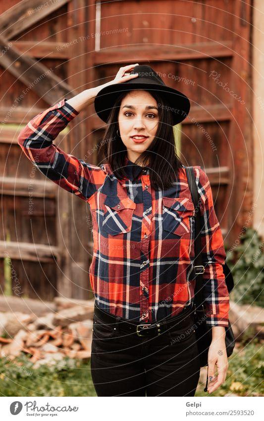 Brünettes Mädchen Lifestyle Stil Glück schön Gesicht Mensch Frau Erwachsene Lippen Mode Bekleidung Hemd brünett Holz Lächeln Coolness trendy modern niedlich rot