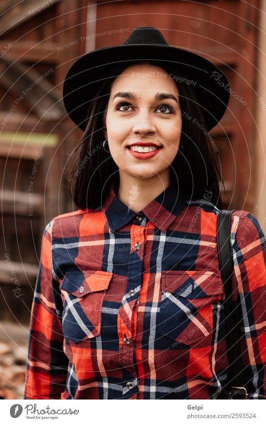 Hübsches brünettes Mädchen Lifestyle Stil Glück schön Gesicht Mensch Frau Erwachsene Lippen Mode Bekleidung Hemd Holz Lächeln Coolness trendy modern niedlich