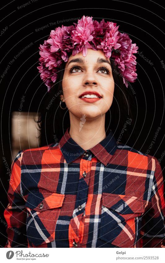 Brünettes Mädchen Stil Glück schön Gesicht Mensch Frau Erwachsene Natur Blume Blüte Mode brünett Denken Lächeln Fröhlichkeit frisch natürlich rosa rot schwarz