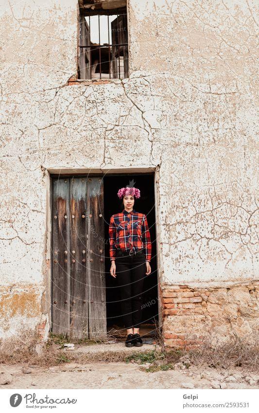 Brünettes Mädchen Stil Glück schön Gesicht Haus Mensch Frau Erwachsene Natur Blume Blüte Mode brünett Holz alt Lächeln Fröhlichkeit frisch natürlich rosa rot