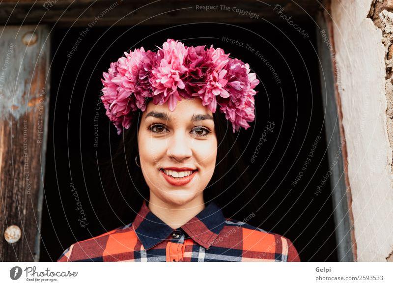 Hübsches brünettes Mädchen Stil Glück schön Gesicht Mensch Frau Erwachsene Natur Blume Blüte Mode Lächeln Fröhlichkeit frisch natürlich rosa rot schwarz weiß