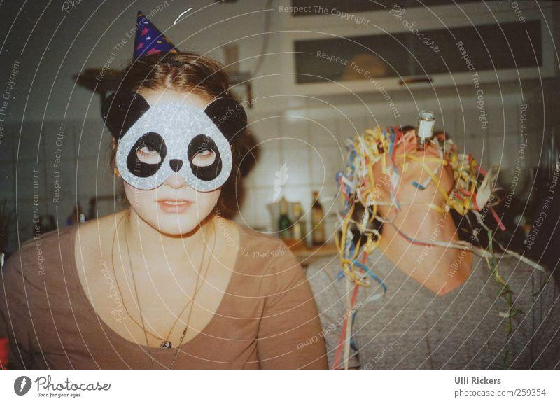 trööt Mensch Jugendliche Party lustig Feste & Feiern Innenarchitektur maskulin trinken Küche Maske Junge Frau Hut analog Schmuck brünett Rauschmittel