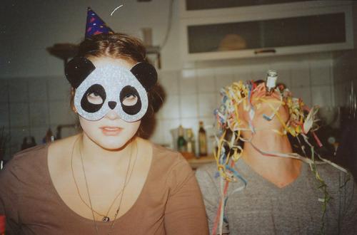 trööt Rauschmittel Alkohol Innenarchitektur Küche Nachtleben Party Feste & Feiern trinken maskulin Junge Frau Jugendliche Junger Mann 2 Mensch Schmuck Maske Hut