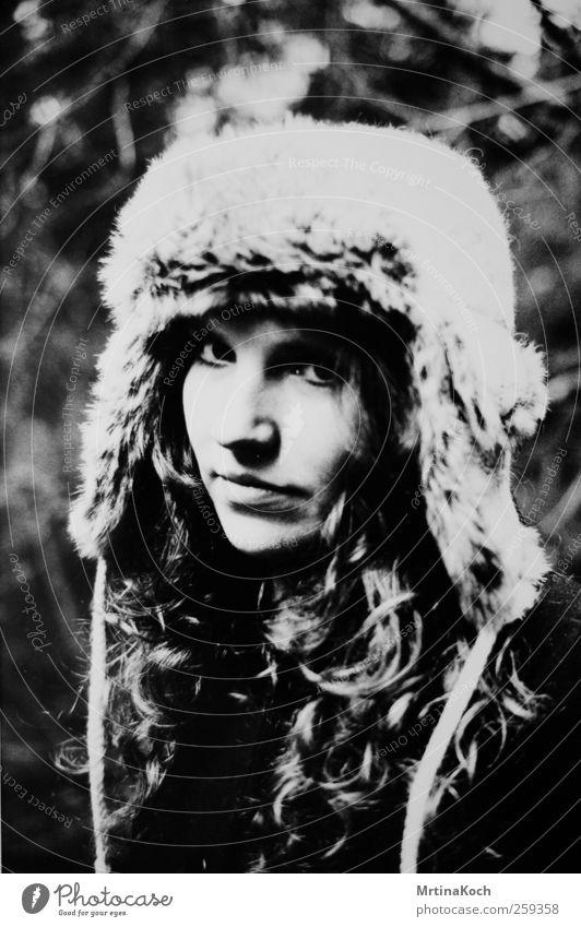 white winter hymnal. Mensch feminin Körper Kopf 1 18-30 Jahre Jugendliche Erwachsene Neugier Hoffnung Langeweile Sehnsucht Mütze kalt Winter weich