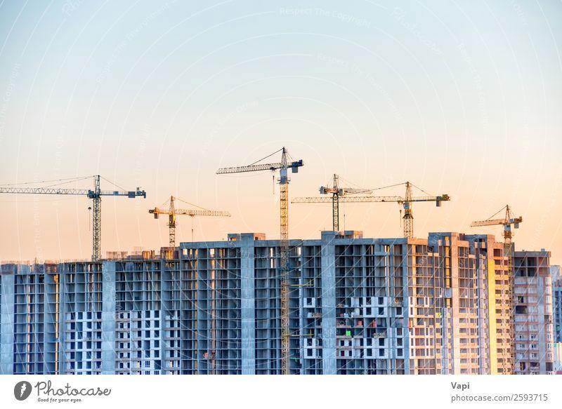 Baustelle mit Baukränen Haus Hausbau Arbeit & Erwerbstätigkeit Arbeitsplatz Industrie Business Maschine Baumaschine Technik & Technologie Himmel Sonne