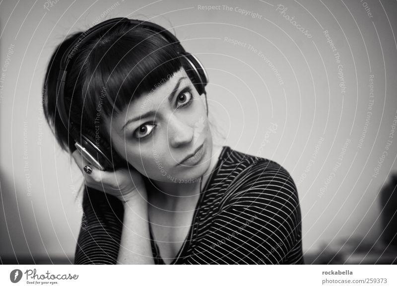 lv ths fckn lf. feminin Junge Frau Jugendliche 1 Mensch 18-30 Jahre Erwachsene schwarzhaarig brünett Pony Musik hören einzigartig Kopfhörer Farbfoto