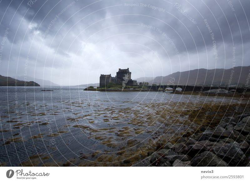 Eilean Donan Castle in Schottland Turm Bauwerk Gebäude Sehenswürdigkeit Wahrzeichen Denkmal blau grau dunkel Herbst Jahreszeiten Europa Burg oder Schloss