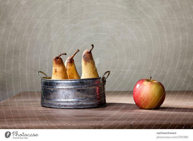 Apfel und Birnen rot gelb Ernährung Lebensmittel Holz Metall Frucht glänzend liegen ästhetisch süß einzigartig Sauberkeit Bioprodukte silber