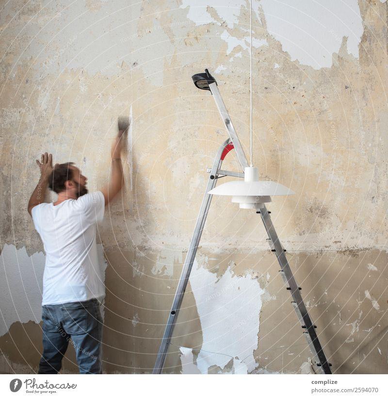 Mann der Tapete entfernt Lifestyle Häusliches Leben Wohnung Hausbau Renovieren Umzug (Wohnungswechsel) einrichten Innenarchitektur Raum Wohnzimmer Küche