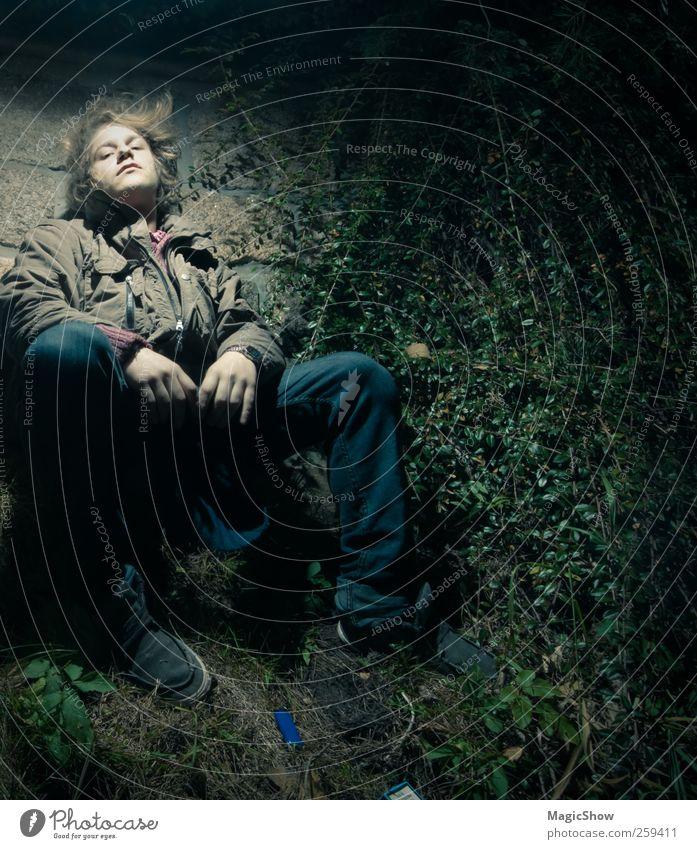 Er saß an der Mauer. maskulin Junger Mann Jugendliche 18-30 Jahre Erwachsene Natur sitzen Armut ästhetisch Coolness dunkel seriös trashig braun grün schwarz