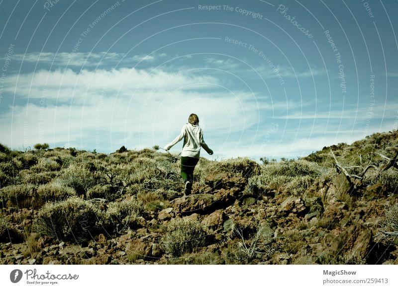 Zurück zur Natur Mensch Natur Jugendliche Sommer Wolken Erwachsene Landschaft Ferne Freiheit Denken träumen gehen 18-30 Jahre natürlich authentisch Ausflug