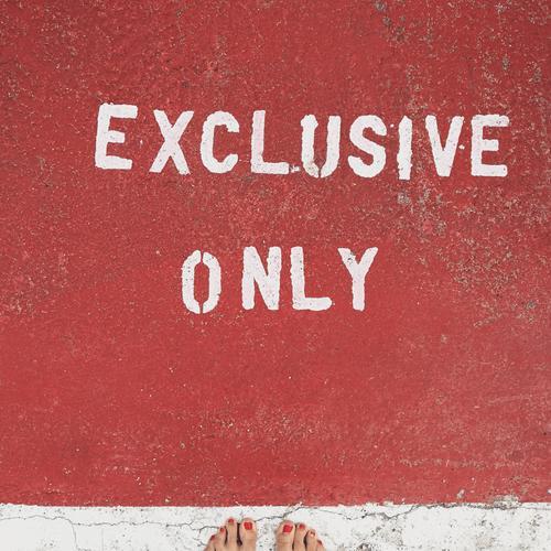 ONLY Zeichen Schriftzeichen Hinweisschild Warnschild Graffiti Stimmung rot only Fuß Straße Symbole & Metaphern Farbfoto Außenaufnahme Detailaufnahme Tag